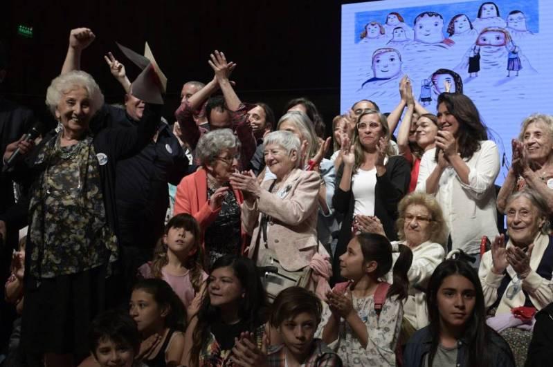Carlotto, las Abuelas, nietos y bisnietos celebran la restitución de una nueva identidad.