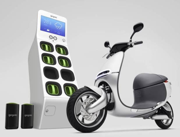 Imagen promocional del ciclomotor Gogoro y una estación de recarga de sus baterías.