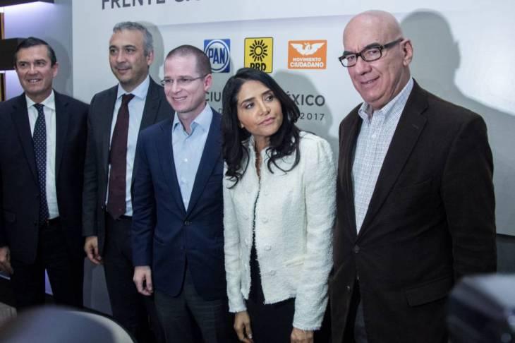 Anaya, al centro, Barrales, a su izquierda, y Dante Delgado, a la derecha.