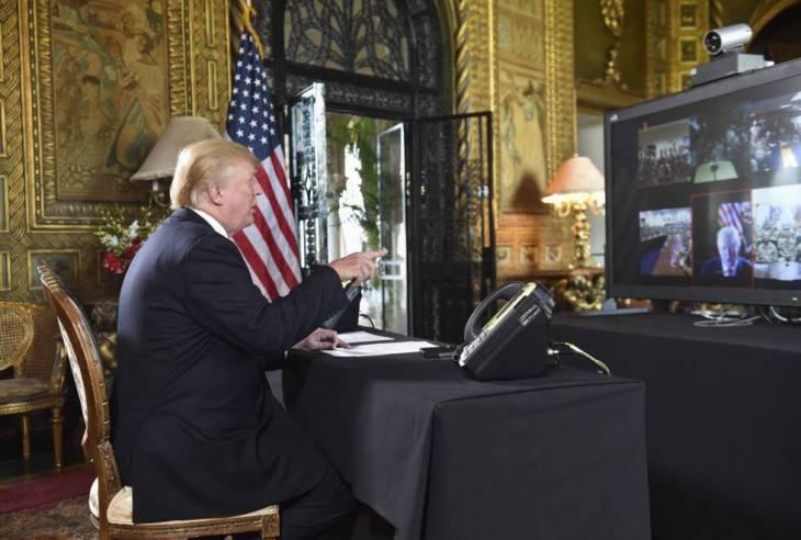 Donald Trump habla a las tropas desde su mansión de Florida el día de Nochebuena.