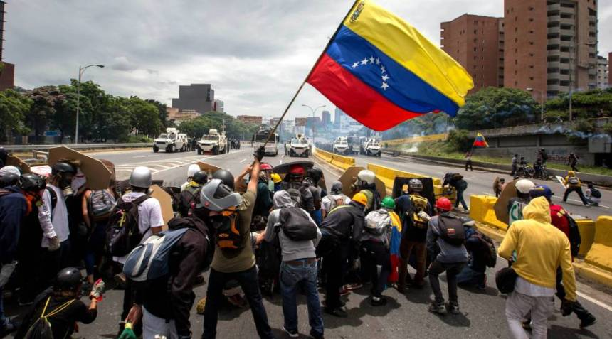 Fotografía de archivo del 3 de mayo de 2017 del enfrentamiento entre manifestantes y la Guardia Bolivariana en Caracas (Venezuela).