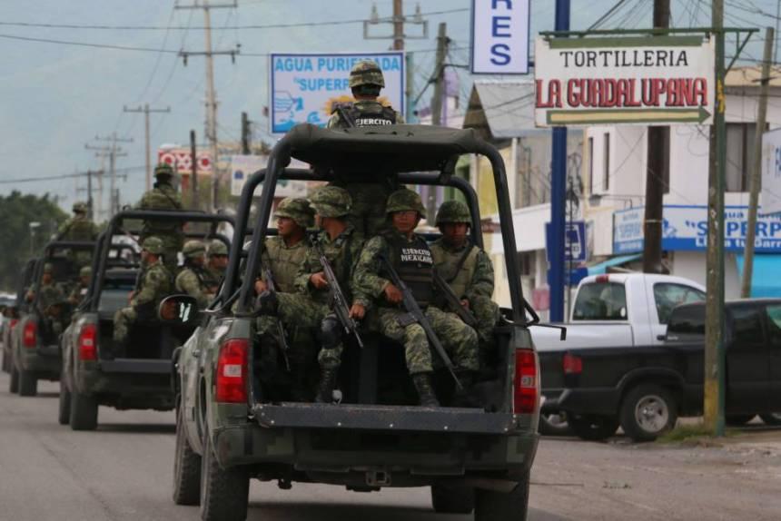 Militares mexicanos patrullan las calles de Tamaulipas.