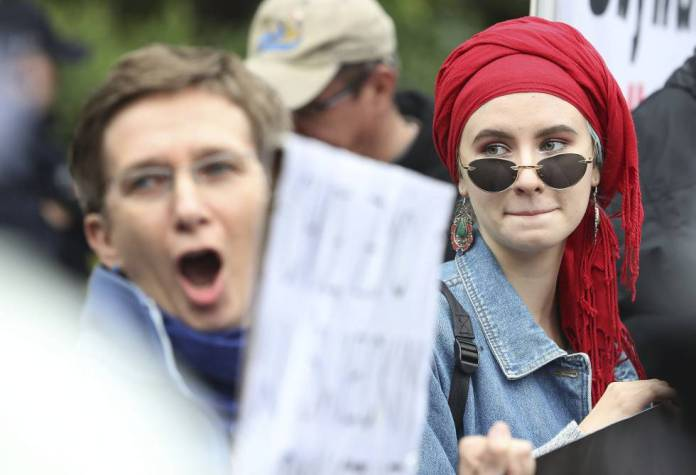 Grupos de mulheres se manifestam contra as políticas restritivas do Governo em direitos reprodutivos, em 2 de julho, em Varsóvia.