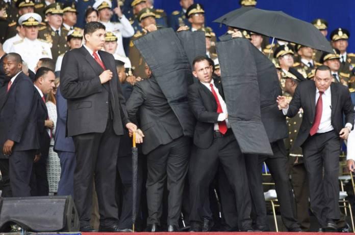El personal de seguridad del presidente Maduro le protege en el momento del incidente.