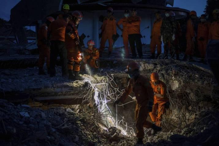 Equipos de rescate buscan sobrevivientes en los escombros de Lombok.
