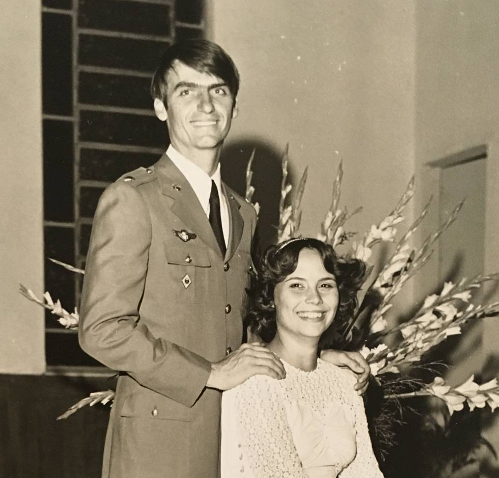 Jair Bolsonaro, con su primera esposa, Rogéria Braga, el día de su boda.