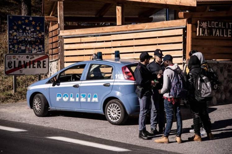 La policía italiana identifica a varios migrantes que intentan cruzar a Francia desde Claviere.