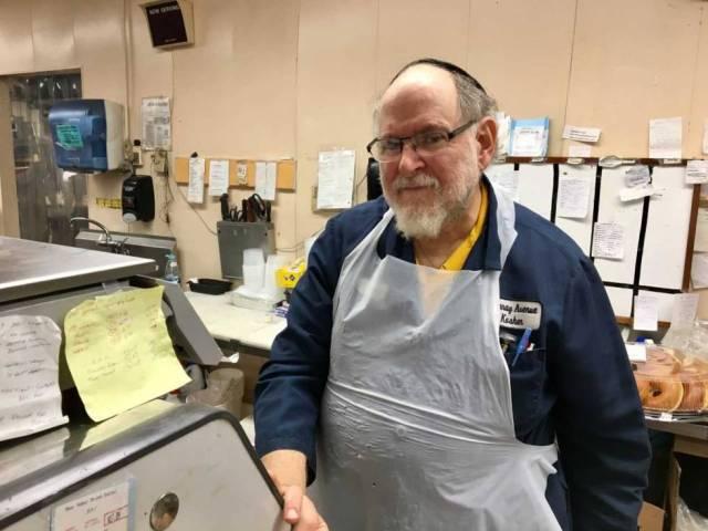 Agay Herskowitz, tras el mostrador del supermercado en el que trabaja en Pittsburgh.