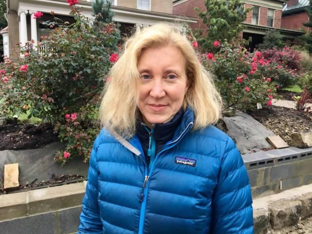 Elana Stolz, en la calle de la sinagoga tiroteada este sábado.