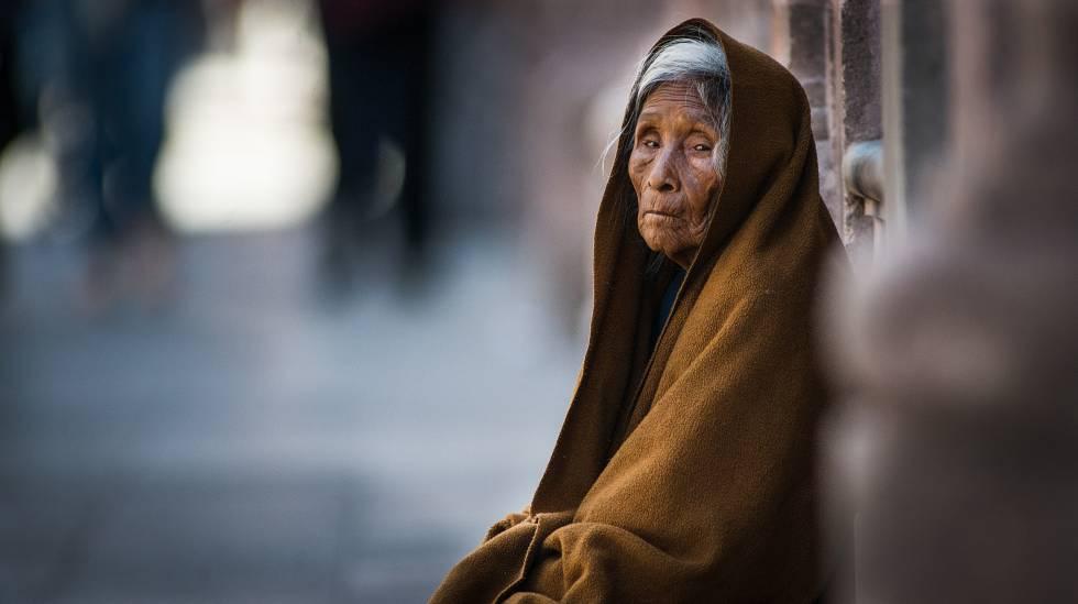 Una mujer pide limosna en el centro de Zacatecas (norte de México).