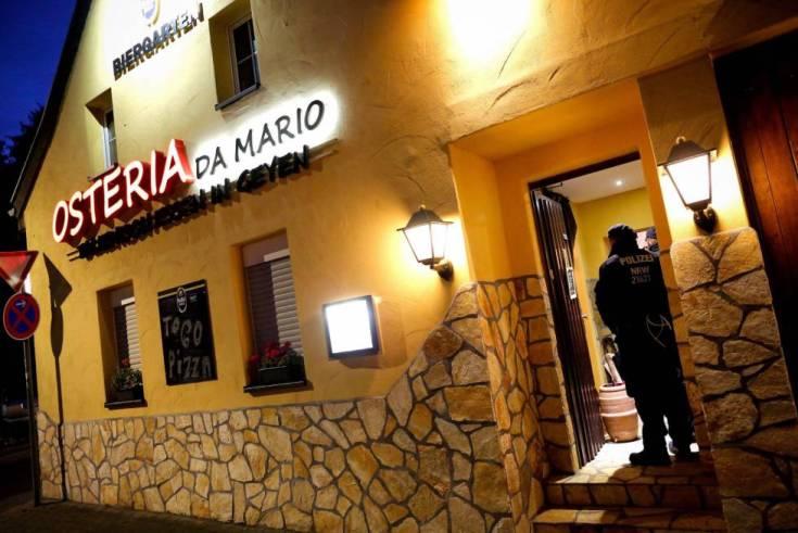 Policías registran este miércoles el interior de un restaurante italiano en Pulheim, Alemania.