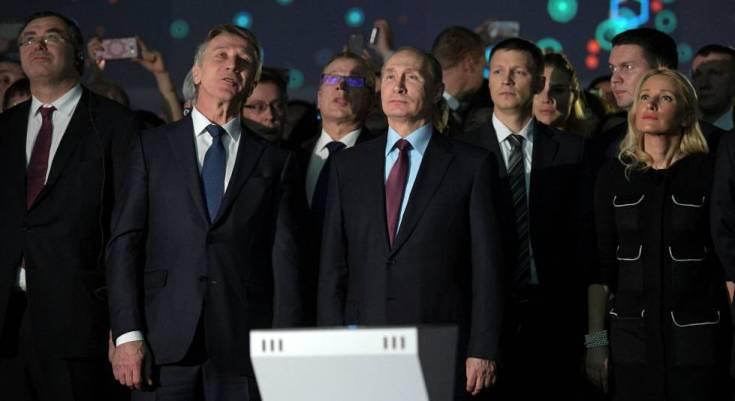 El presidente ruso, Vladímir Putin, acompañado del magnate Leonid Mijelson (segundo por la izquierda),CEO de Novatek, en la planta gasista Yamal LNG en diciembre de 2017.
