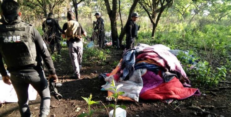 Los campamentos estaban camuflados con hojas para que no los vieran desde el aire. La Fiscalía de Jalisco identificó puntos de calor en la sierra de Ahuisculco y fue así como logró localizarlos.