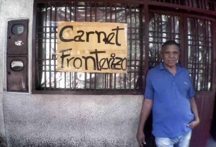 Un hombre en la puerta de un cibercafé, donde se tramitan habitualmente las tarjetas de movilidad fronteriza.