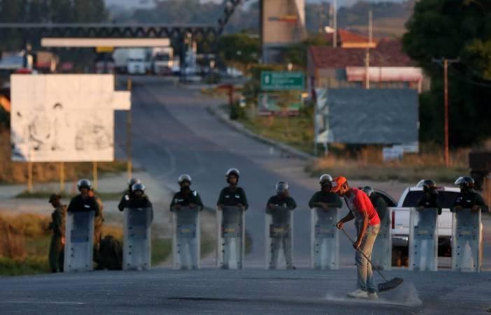 Un venezolano barrera a escasa distancia de la frontera con Brasil, custodiada por la Guardia Nacional Bolivariana.