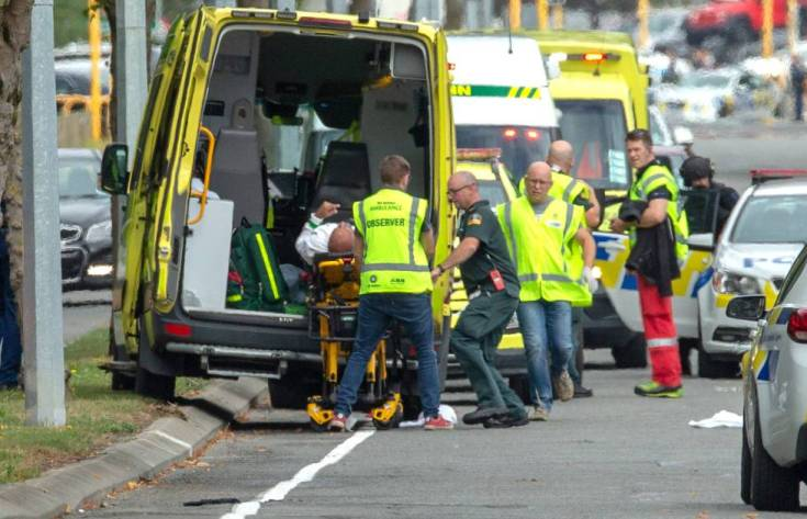 Los equipos de emergencia trasladan a uno de los heridos del atentado este viernes en Christchurch.