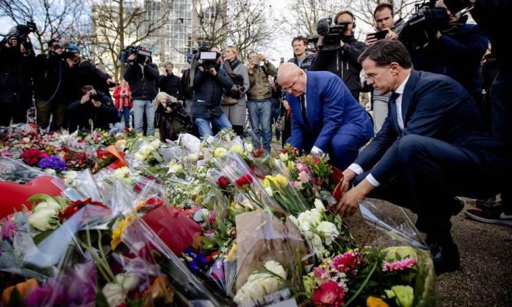 El primer ministro holandés (a la derecha) deposita unas flores en la Plaza 24 de Octubre, Utrecht.