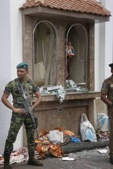 Soldados en una iglesia de Colombo.