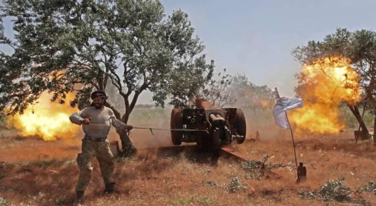 Un rebelde sirio dispara una pieza de artillería, el miércoles desde Idlib, contra posiciones del régimen.