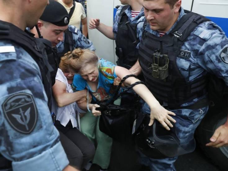 La policía detiene a dos manifestantes este miércoles en Moscú.