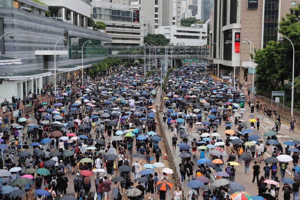 Manifestantes prodemocracia marchan este sábado por el centro de Hong Kong.