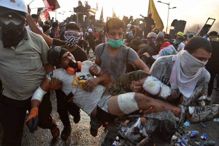 Un manifestante herido es trasladado a un hospital durante la protesta antigubernamental en Bagdad, este martes.