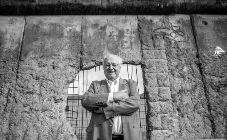 Peter Brinkmann, en Berlín, delante de uno de los trozos que quedan del muro.