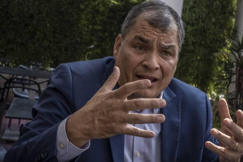 Rafael Correa gesticula durante la entrevista.