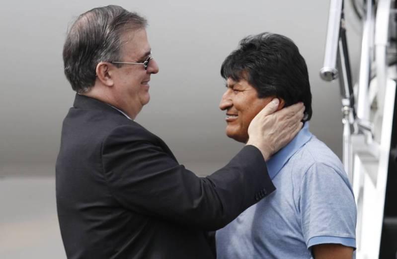 Evo Morales con el canciller Marcelo Ebrard a su llegada a México