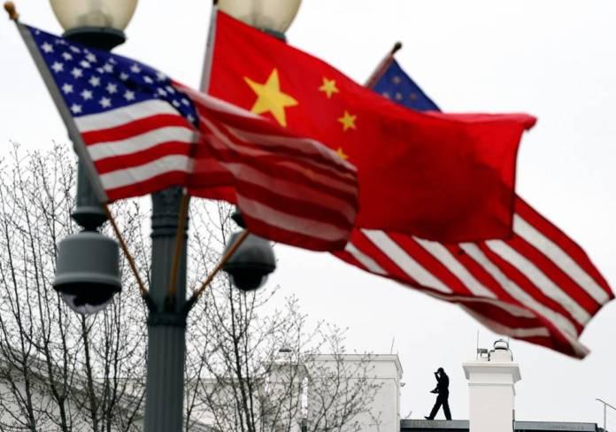 Banderas de EEUU y China junto a la Casa Blanca, en 2011.