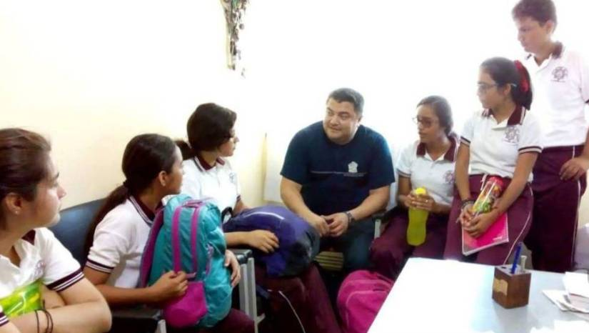 The scientist Cabrera Fuentes with students from El Espinal.