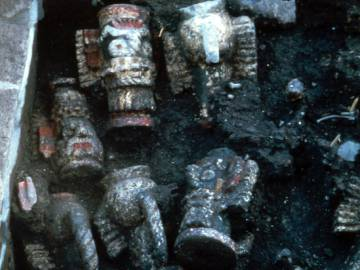 Jugs Tláloc, in the offering found in the Templo Mayor in 1980.