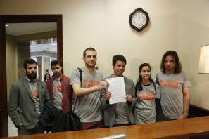 Los diputados Segundo González y Miguel Vila del Grupo Parlamentario de Podemos-En Comú -En Marea registra una proposición el Congreso.