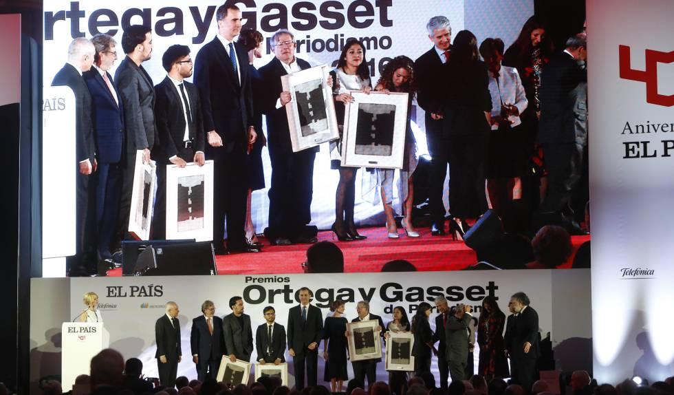 Los Reyes posan con los galardonados y los cinco directores que ha tenido EL PAÍS en la ceremonia de entrega de los premios