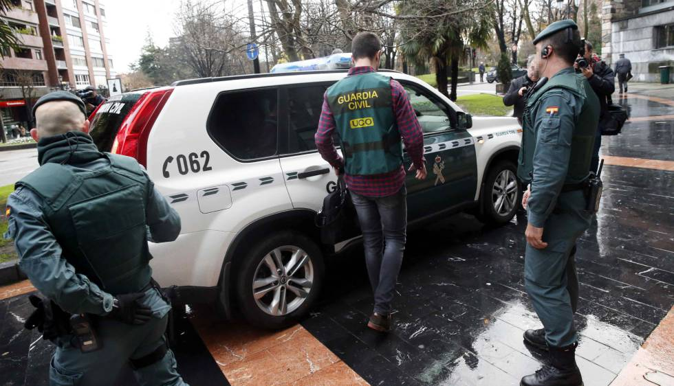 Agentes de la Guardia Civil registran este martes la sede del sindicato UGT, en Oviedo.