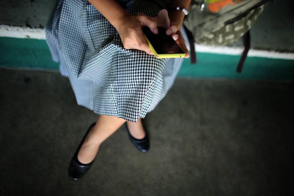 Una estudiante usa su 'smartphone' en Cebú, Filipinas.
