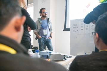 El inversor Jonathan Lewy durante una sesión.