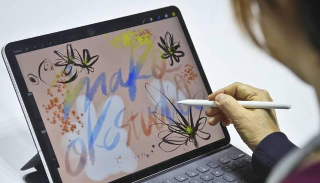 Un usuario prueba el nuevo lápiz del iPad Pro
