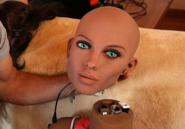 Un ingeniero sujeta la cara de Samantha, una muñeca sexual con inteligencia artificial.