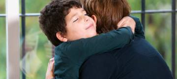 Sergio Isla, abrazado a su madre.
