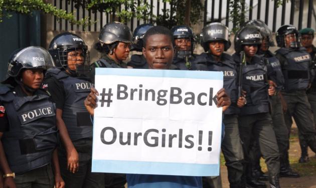 Un hombre pide la liberación de las niñas en Nigeria.