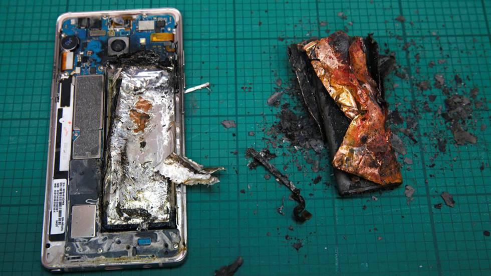 Un Samsung Note 7 que se incendió durante unas pruebas en un laboratorio de Singapur. EDGAR SU (REUTERS) / VÍDEO: REUTERS-QUALITY