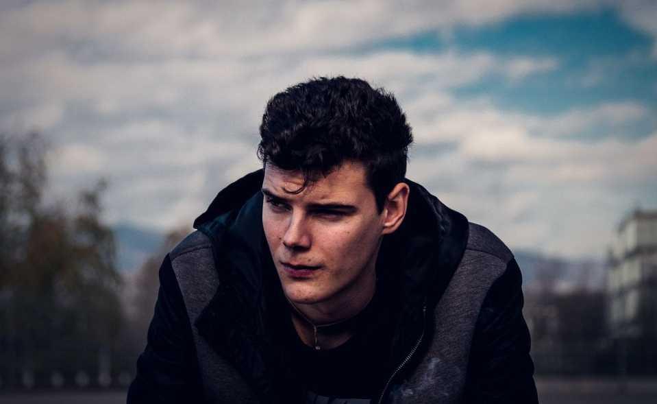 homme avec veste noire et grise