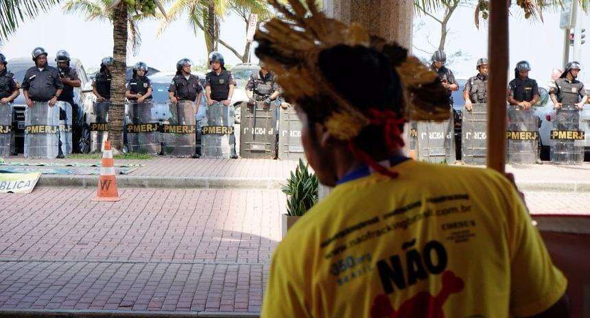 Protestos foram violentamente reprimidos no hotel onde o leilão era realizado . Foto: Kelly Lima