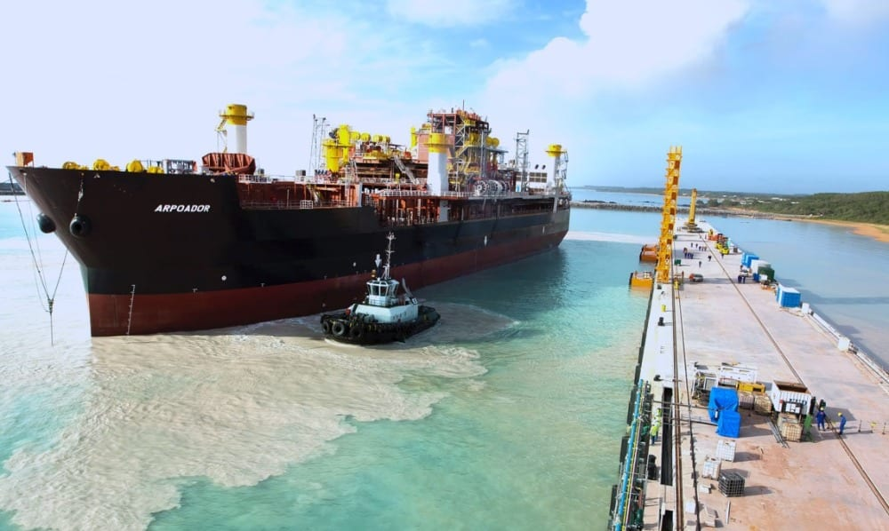 A sonda Arporador chegando ao Estaleiro Jurong, no Espírito Santo