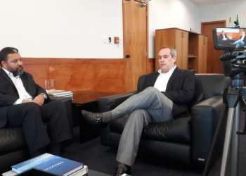 O editor da E&P Brasil, Felipe Maciel (direita), entrevista o diretor-geral da ANP, Décio Oddone