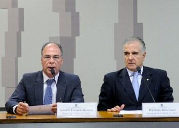 Relator da comissão mista, senador Fernando Bezerra Coelho (E), e o presidente da comissão, deputado Julio Lopes - Pedro França/Agência Senado