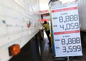 Postos do DF começam a ajustar os preços do diesel com a redução de R$ 0,46