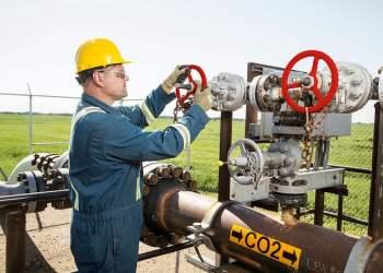 Operador trabalha no gasoduto de CO2 do projeto Quest, perto de Fort Saskatchewan (nordeste de Edmonton), Alberta. Foto: Cortesia Shell