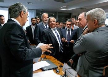 Eduardo Amorim (E) preside comissão que analisa medida provisória de incentivos à indústria automotiva. Foto: Roque de Sá/Agência Senad